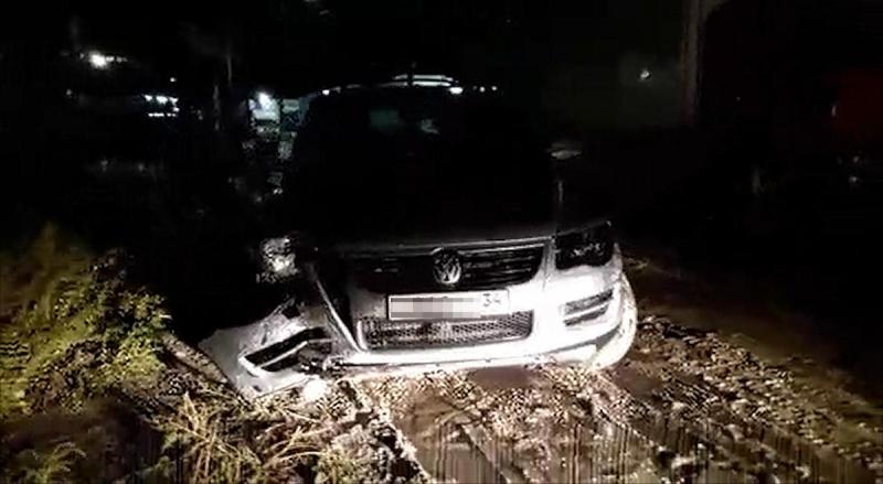 ВВолгограде нетрезвый шофёр разбил угнанный назаправке «Туарег»