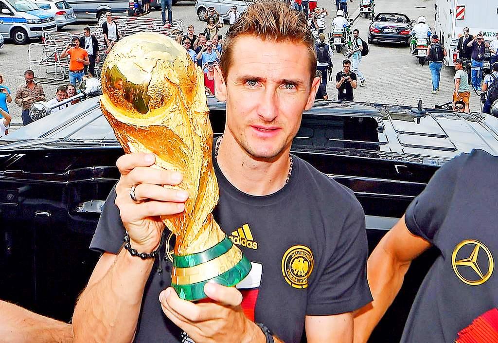 Лучший бомбардир вистории чемпионатов мира пофутболу завершил карьеру