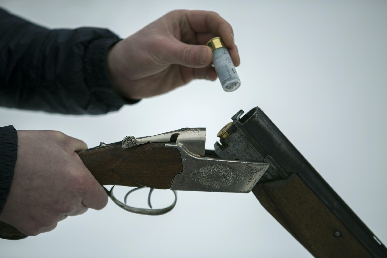 Мужчина борется сотдыхающими наДону при помощи ружья