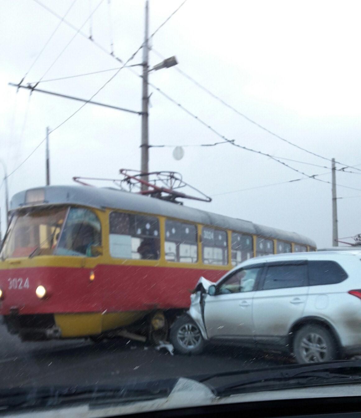 Вседорожный автомобиль протаранил трамвай наюге Волгограда
