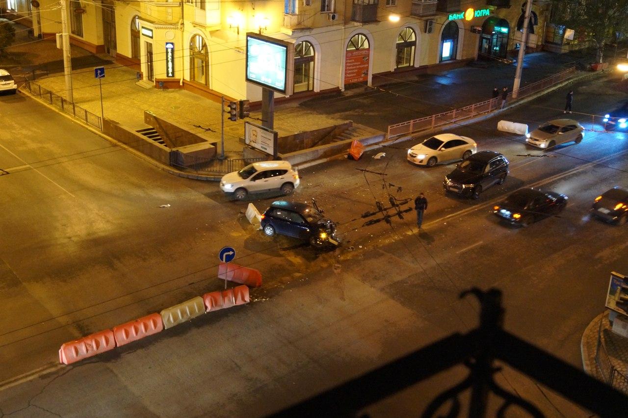 Вцентре Волгограда разбилась иностранная машина