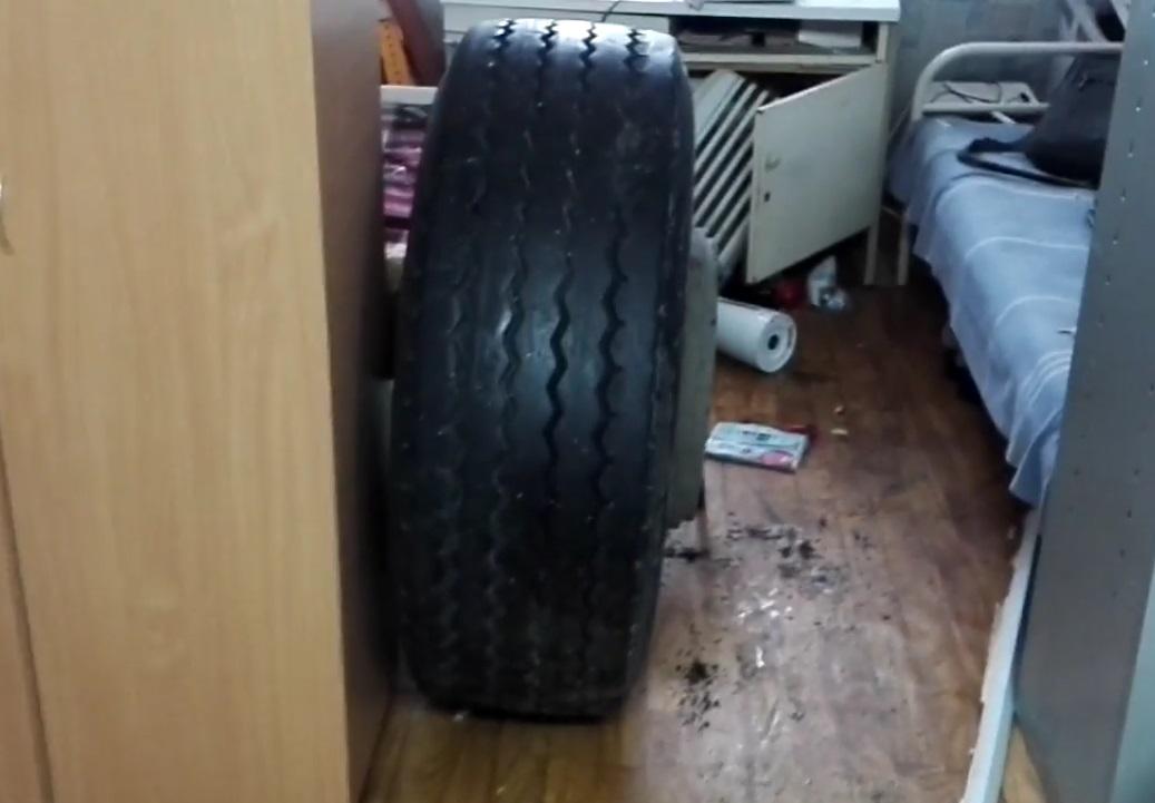 Натрассе Москва-Волгоград колесо грузового автомобиля разгромило пункт врачебной помощи
