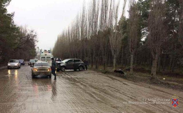 Под Волгоградом автоледи навнедорожнике врезалась вдерево: пострадал ребенок