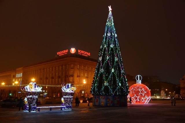 Вцентре Волгограда появились светящиеся сапоги для великана