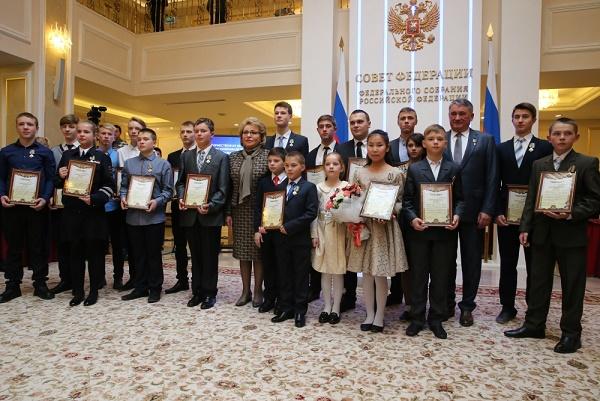 Детей и молодых людей, проявивших мужество вэкстремальных ситуациях, наградили вСовете Федерации