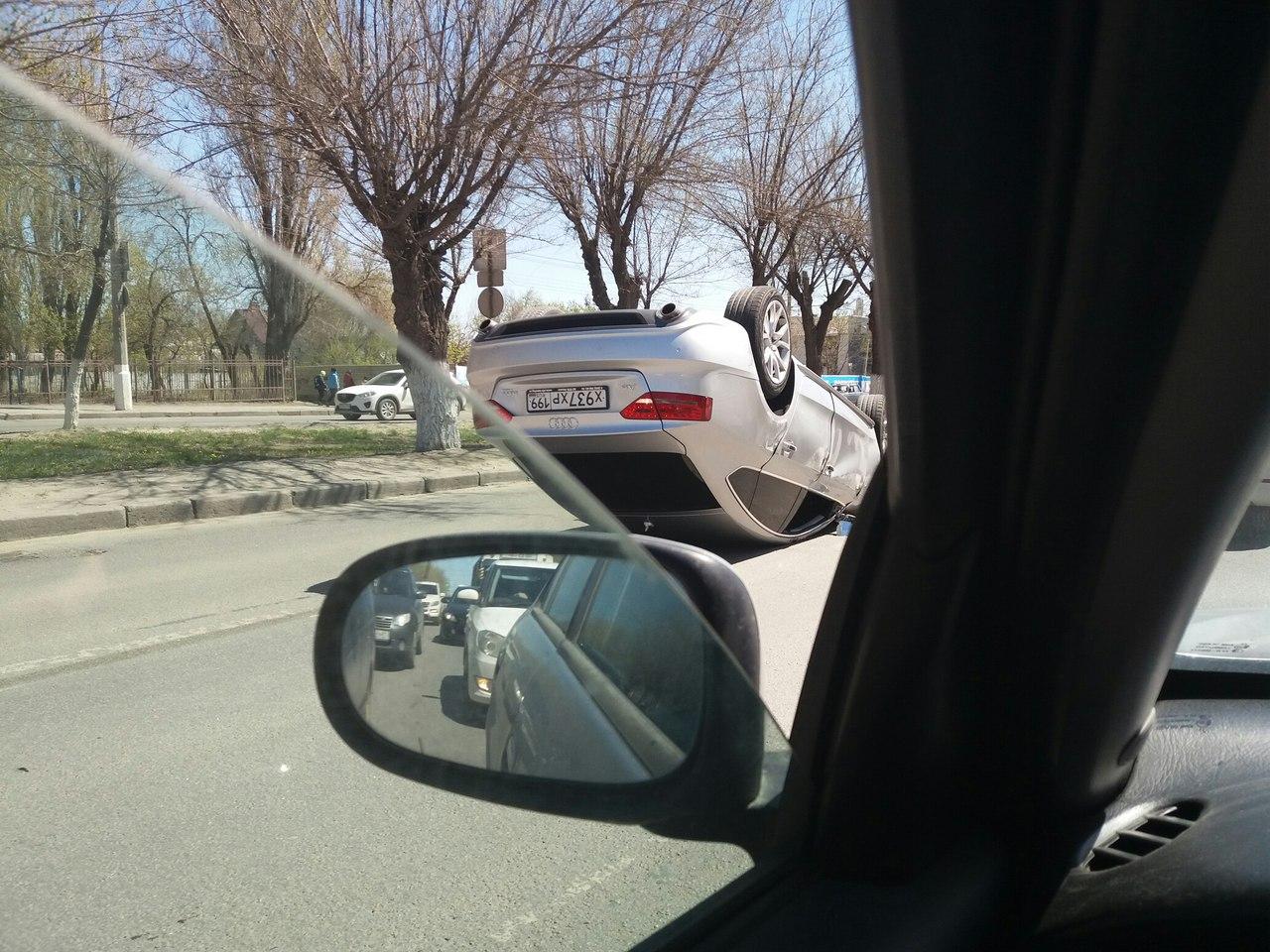 После ДТП «Ауди» припарковалась крышей напроспекте вВолгограде