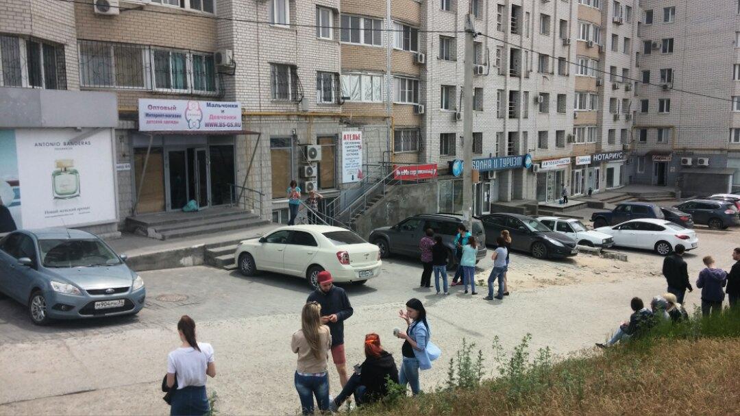 Извысотного дома наКрасном вВолгограде эвакуировали жильцов иработников магазинов