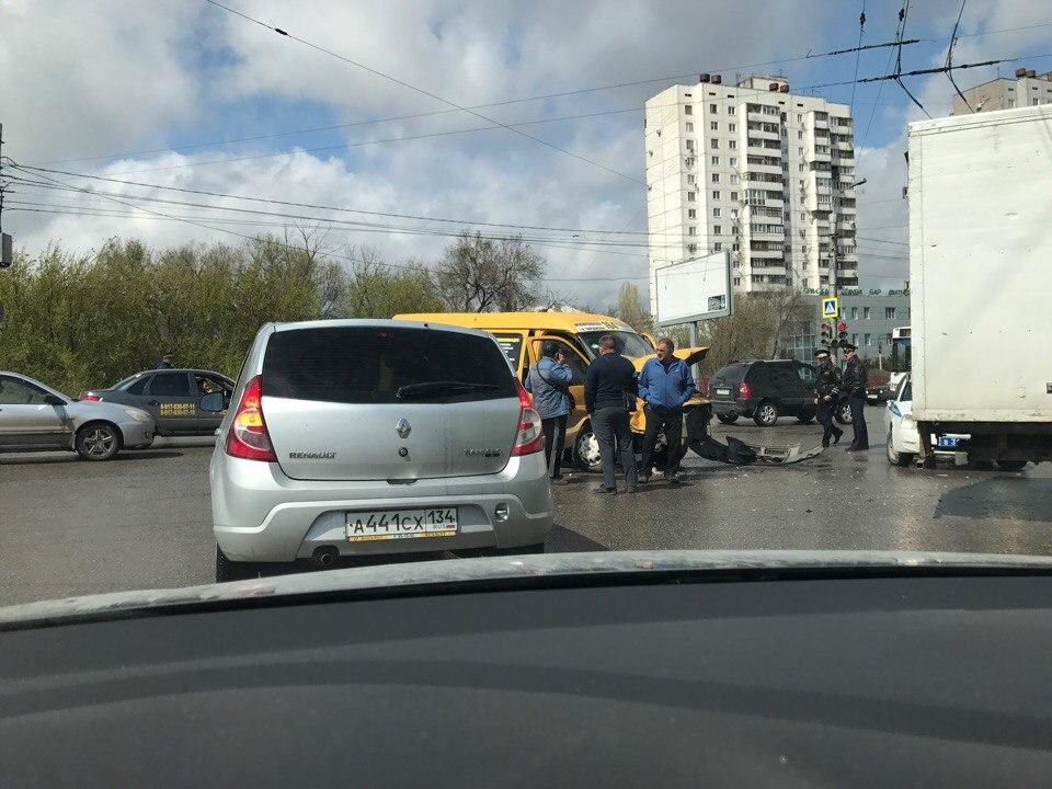 ВВорошиловском районе Волгограда маршрутка №164 столкнулась с«Газелью»