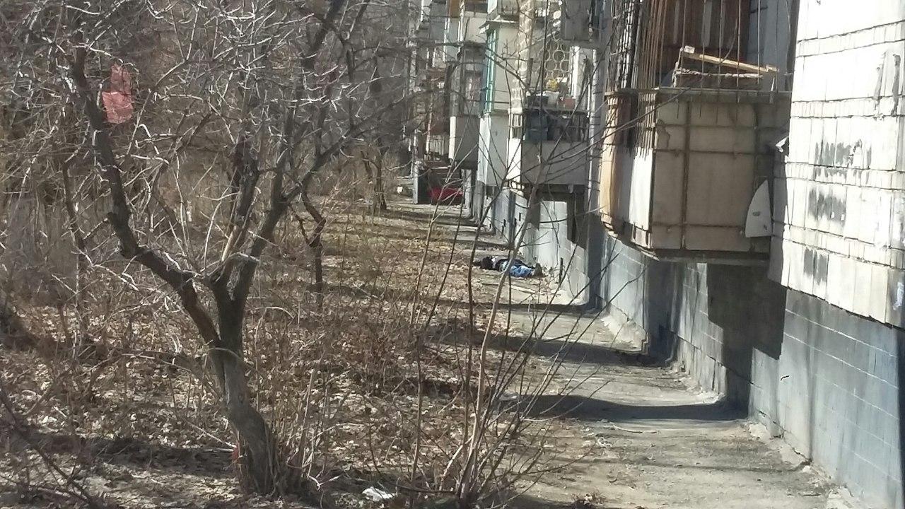 ВВолгограде мужчина умер, упав сбалкона вКраснооктябрьском районе