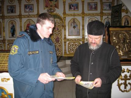 Сотрудники МЧС проверяют пожарную безопасность в храмах