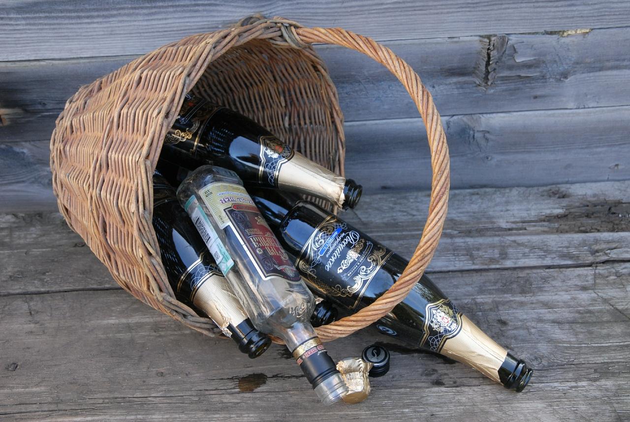Волгоградцы готовили к сбыту более тысячи бутылок контрафактного алкоголя