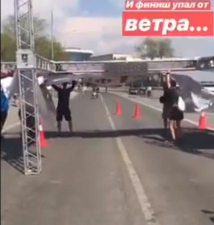 На финише Волгоградского марафона перед спортсменами упала металлическая конструкция