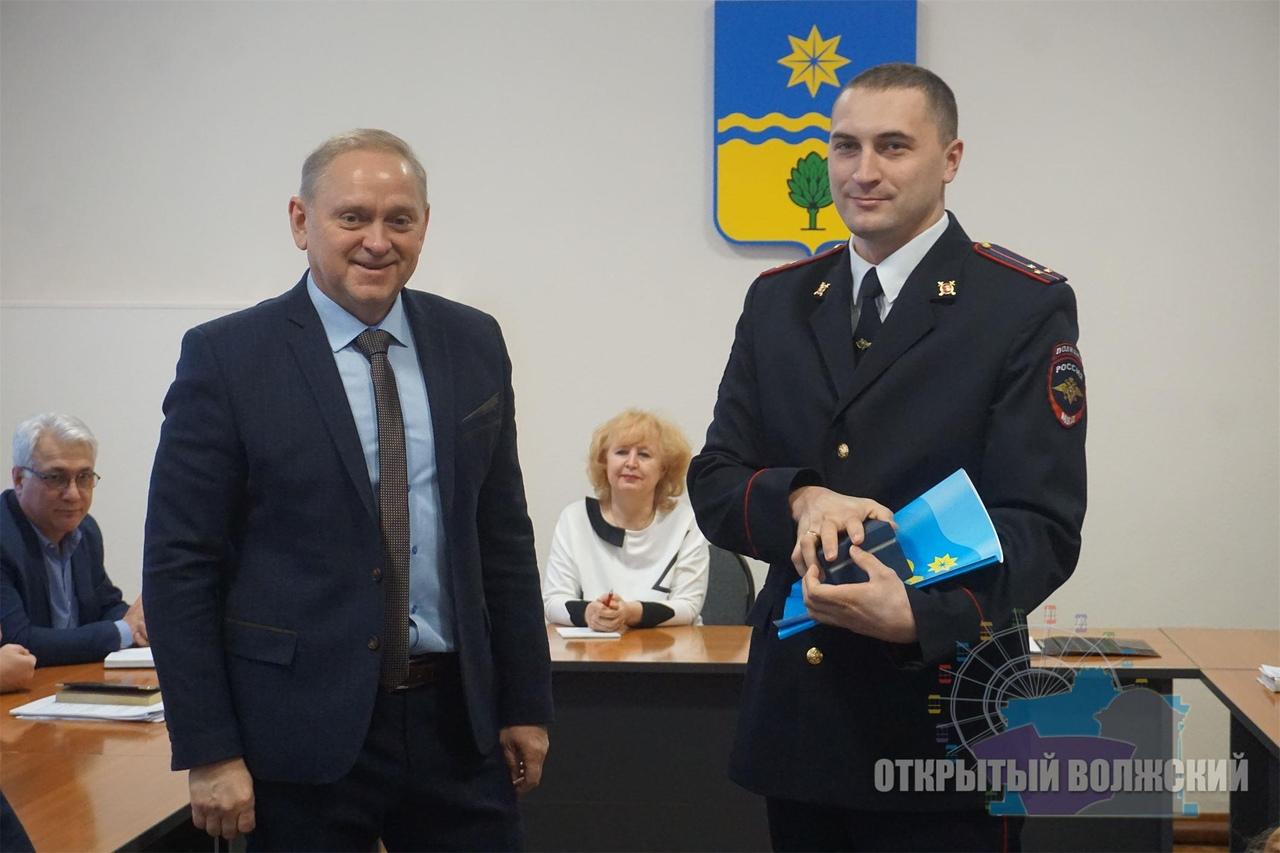 Глава Волжского Игорь Воронин наградил горожан за помощь в задержании вандалов