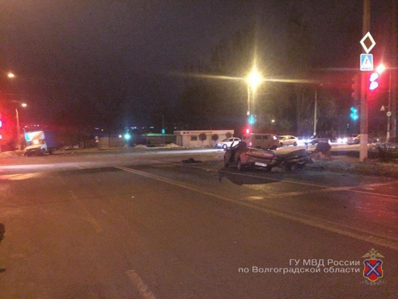 Тройное ДТП в Волгограде поздно ночью унесло жизни трех человек
