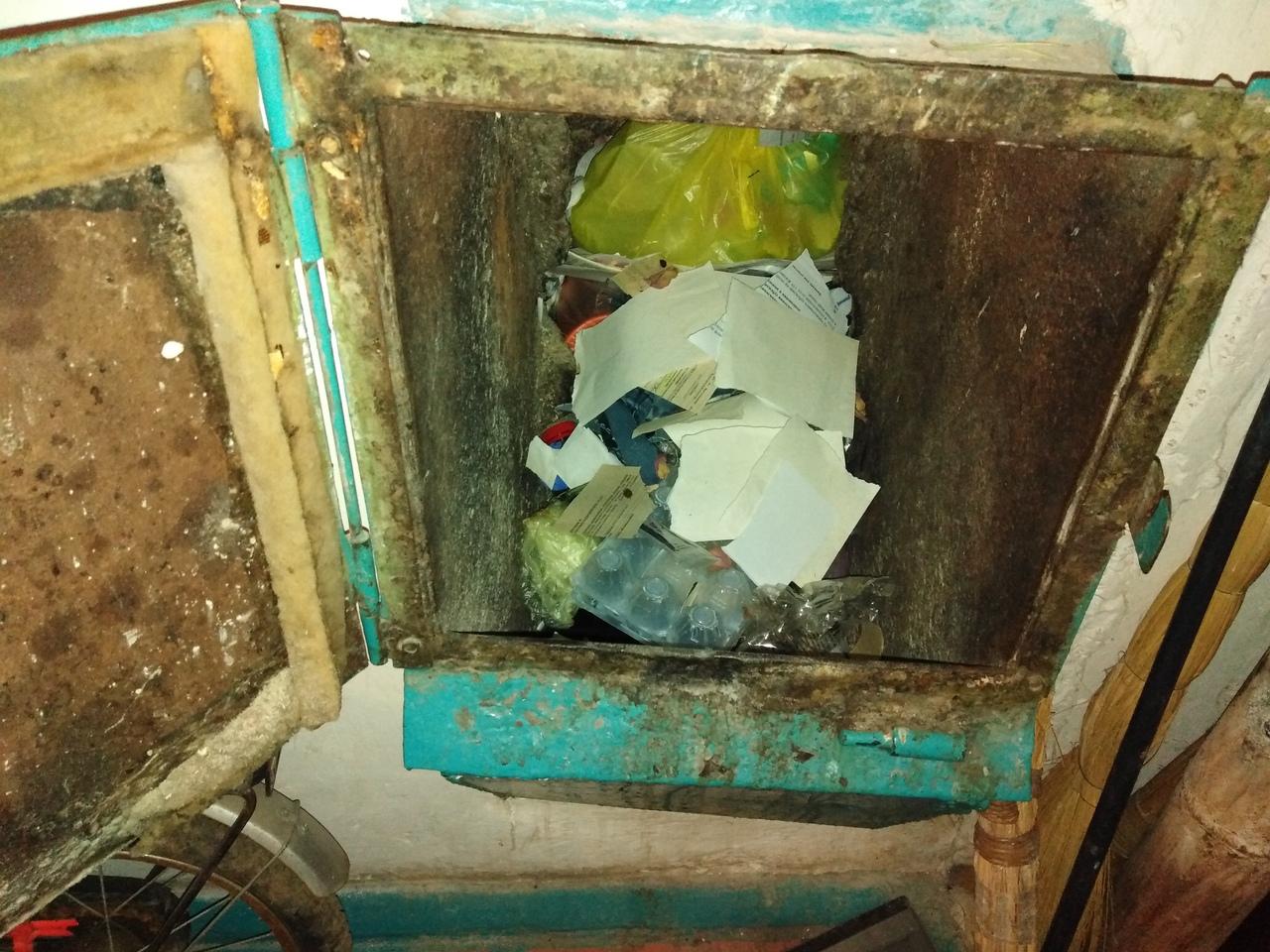 Из-за конфликта УК и техперсонала многоэтажки в Кировском погрязли в мусоре