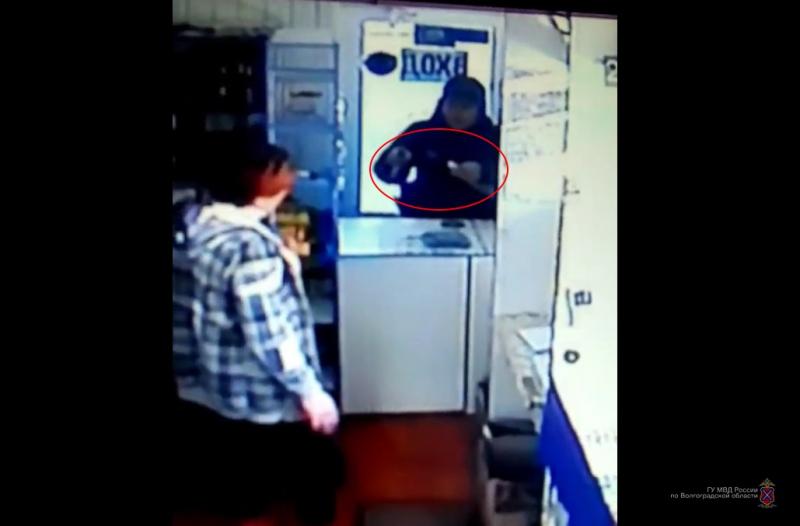 Наркоман с двумя ножами ограбил магазин