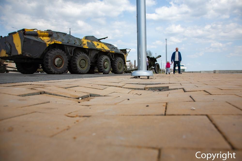 Не прошло и полугода: в Волгограде в сквере у «Гасителя» просела плитка