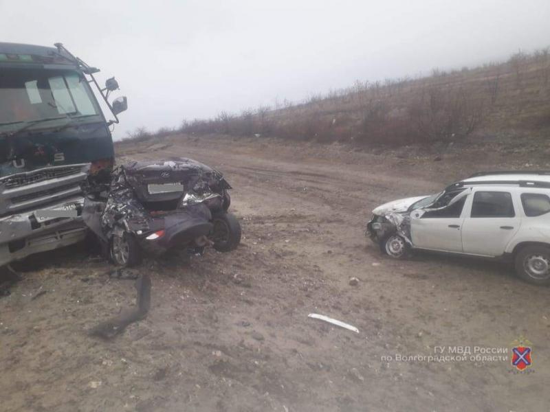 В Дубовском районе в ДТП столкнулись 5 автомобилей