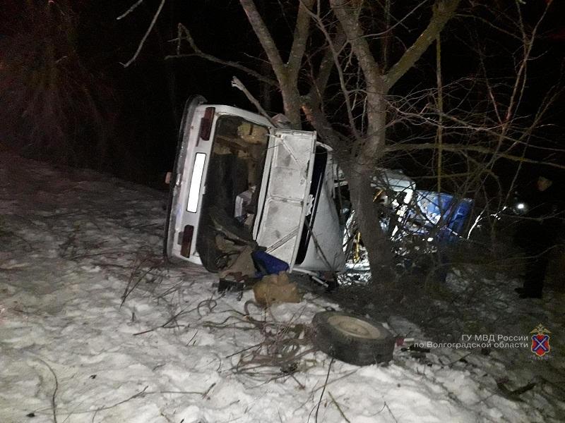 В Волгоградской области водитель скончался, врезавшись в дерево