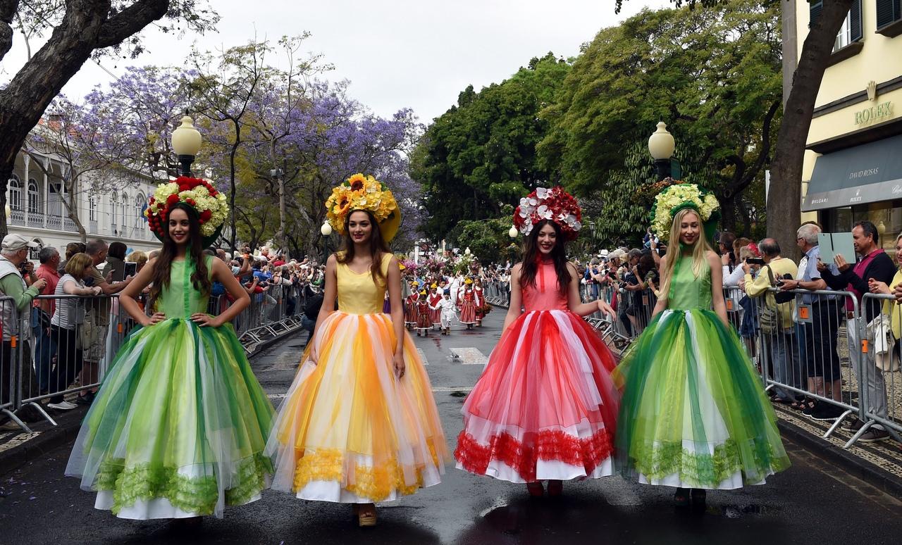 Наступление весны всегда ассоциируется с пробуждением природы, в том числе и с распусканием цветов. Этих растений – огромное множество, а красота не имеет границ. Во всём мире радуются весне и устраивают по этому случаю цветочные фестивали. О самых ярких читайте на страницах интернет-газеты «Кривое зеркало». К слову, многие из них проходят в другое время года.  «Festa da Flor» в Португалии  Этот фестиваль проходит на острове Мадейра в городе Фуншал после Пасхи во второй половине апреля или начале мая. Праздничные мероприятия стартуют в субботу. Гости фестиваля попадают в сказку. На празднике можно встретить выставку ковров, сделанных из живых цветов лучшими дизайнерами острова, главный цветочный парад под музыку и, конечно, «Стену Надежды», которую оформляют цветами дети на муниципальной площади. Следующий фестиваль запланирован на 30 апреля 2020 года.  «Batalla de flores» в Испании  «Цветочная битва» проходит в Валенсии в последнее воскресенье июля, а само мероприятие приурочено к Июльской ярмарке, которая продолжается весь месяц. Цветочная традиция сохраняется почти 130 лет. Гости мероприятия украшают цветами свои платформы, которые двигаются перед жюри. Определяется победитель в каждой категории, а авторам вручают призы. Кульминация праздника происходит во время победного дефиле – все участники начинают осыпать цветами зрителей. В итоге бульвар Аламеда превращается в яркую и благоухающую улицу.  «Tapis de fleurs» в Бельгии  Один из самых известных мировых фестивалей – «Цветочный ковёр», который демонстрируют в Брюсселе. Мероприятие проводится раз в 2 года под разными тематиками. Лучшие дизайнеры сначала работают над эскизом, а затем переносят рисунок на тротуары Гран-Плас, где высаживают бегонии. На композиции уходит несколько сотен тысяч цветов. Последний раз темой фестиваля была Мексика. На ковёр ушло более полумиллиона растений. Следующий фестиваль стартует 13 августа 2020 года.  «Feria de las Flores» в Колумбии  Традиционное ежегодное мероприятие, которое про