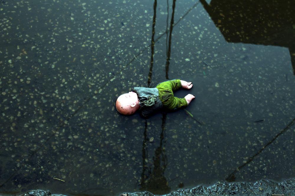 Врачи пытаются спасти двухлетнюю девочку, утонувшую в поилке для скота
