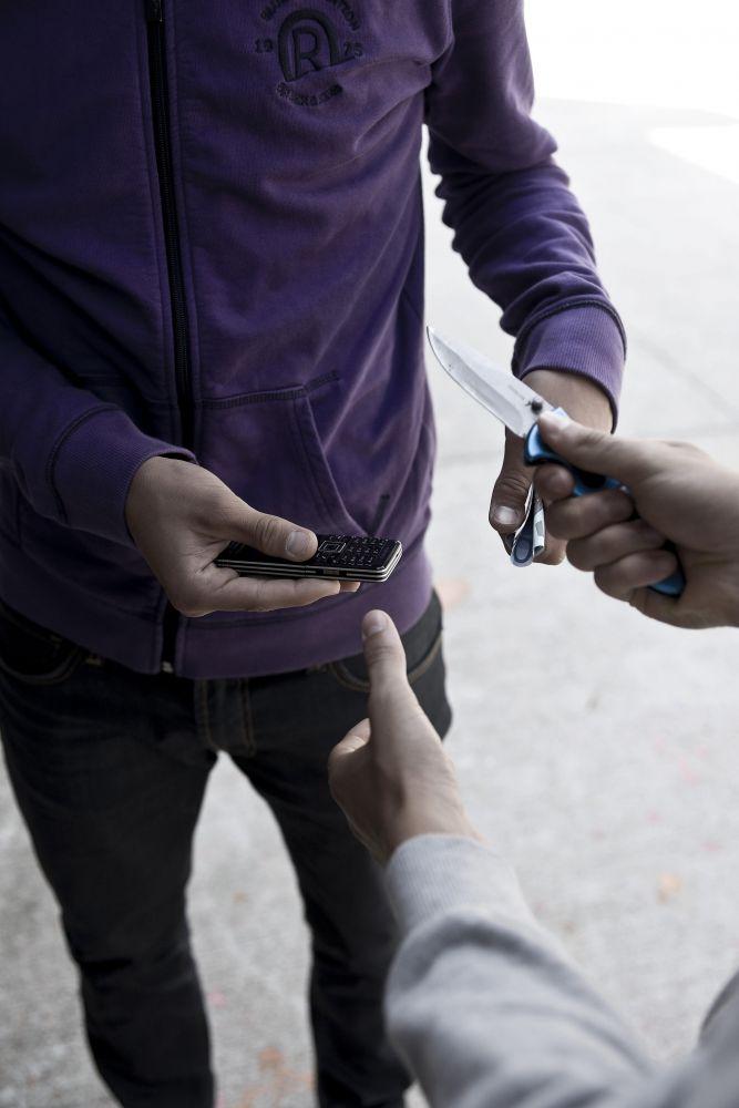 «Давай продадим твой телефон?»: закончившийся раньше времени алкоголь заставил собутыльника взяться за нож