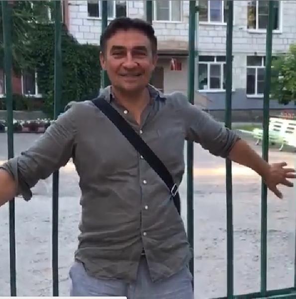 «Кировский пацан» Камиль Ларин прошелся по району своего детства