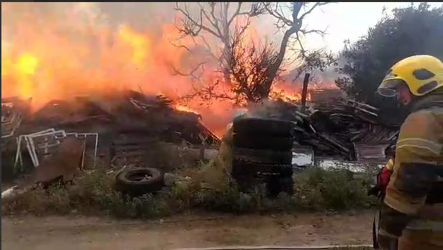 Из-за загоревшегося мусора в Дзержинском районе сгорел дом