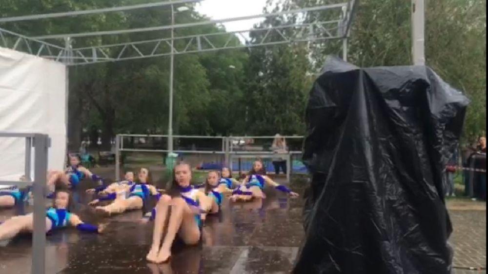 Детский танцевальный конкурс провели под проливным дождем ради красивой картинки