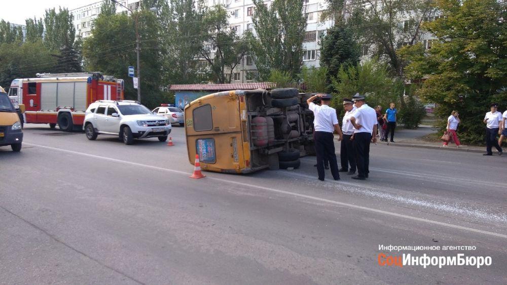 В Волжском в результате столкновения двух автомобилей перевернулась ГАЗель