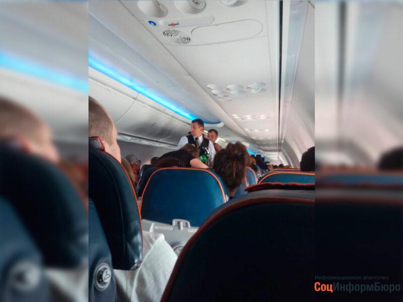 Почувствовавшую себя плохо пассажирку самолета Москва-Волгоград спасли летевшие этим же рейсом врачи