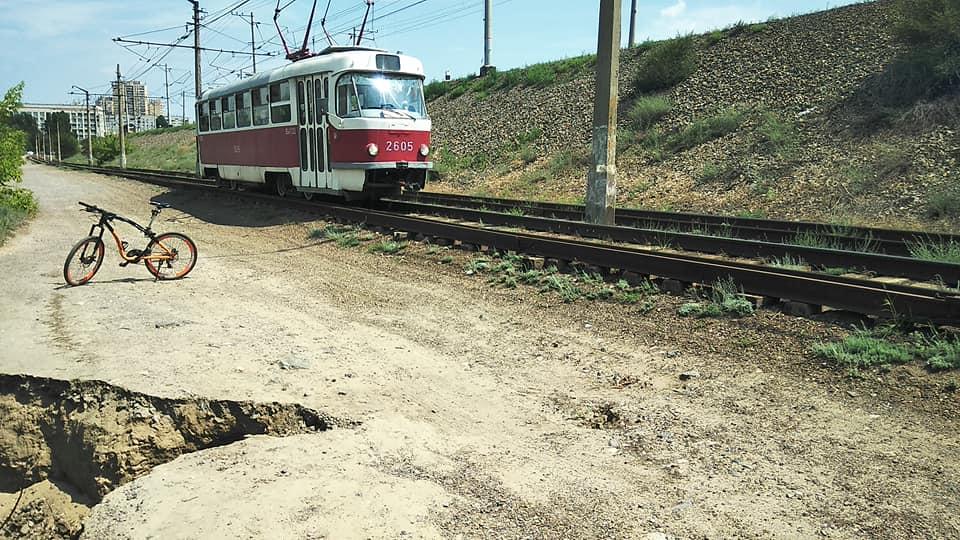 Мэрия: Размыв края оврага возле трамвайных путей не представляет опасности