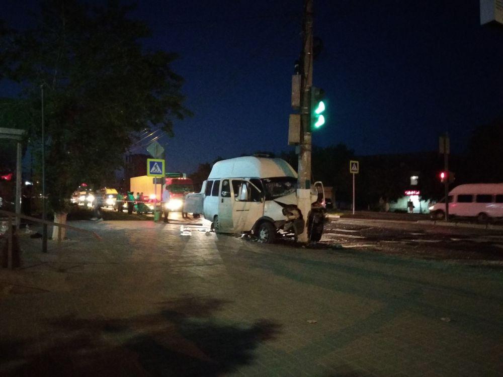 Стало известно о 16 пострадавших в столкновении грузовика с маршруткой