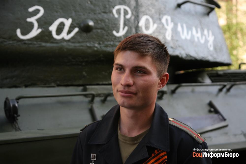 «Хоть сейчас в бой»: командир танка Т-34 ведет его на парад
