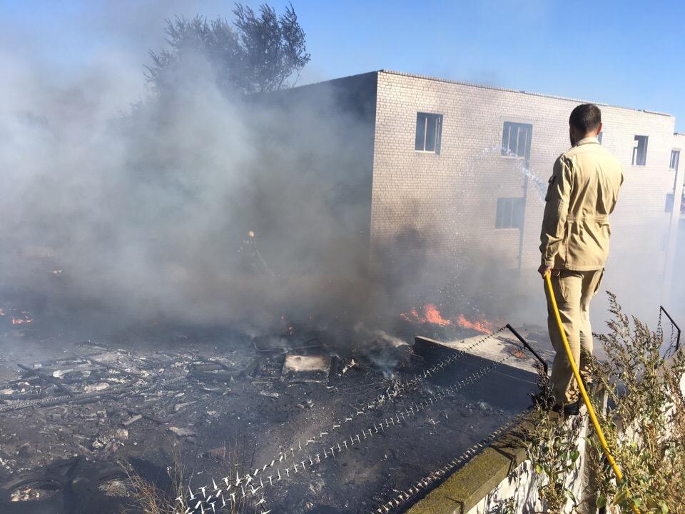 Возгорание в центре Волгограда помогают тушить сотрудники храма