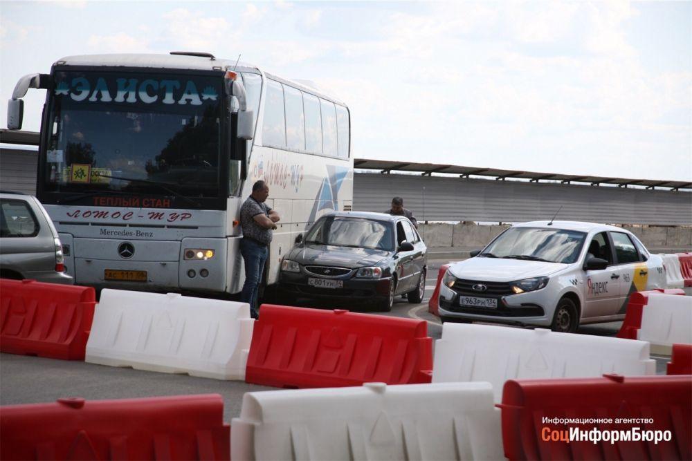Автобус с детьми попал с ДТП и парализовал движение на нулевой продольной