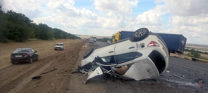 На трассе под Волгоградом в «лобовом» столкновении с фурой погиб водитель кроссовера