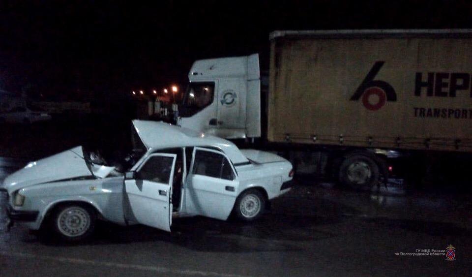 В смертельном ночном ДТП в Волжском погиб водитель, двое пассажиров госпитализированы