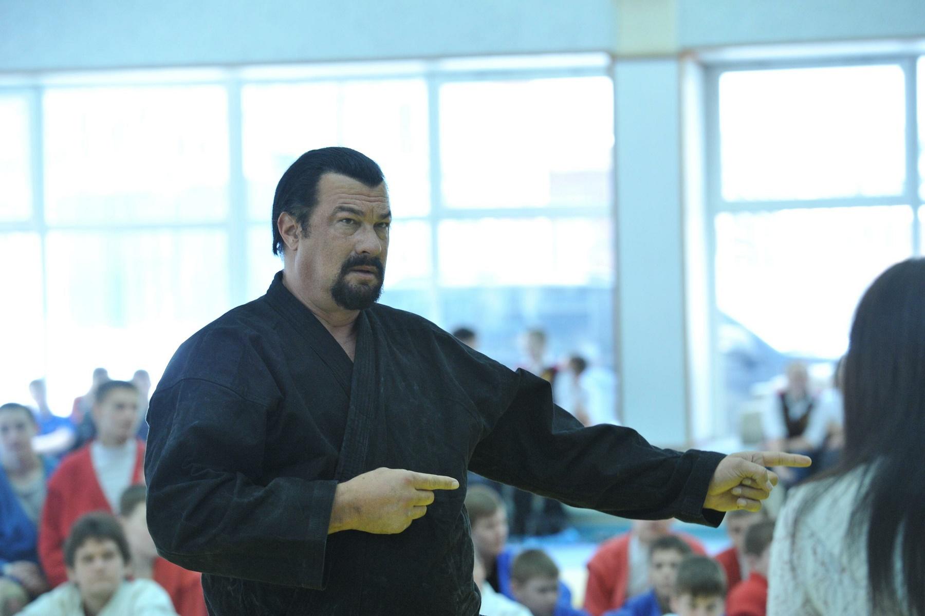Граждане Курской области хотят заменить своего губернатора наСтивена Сигала