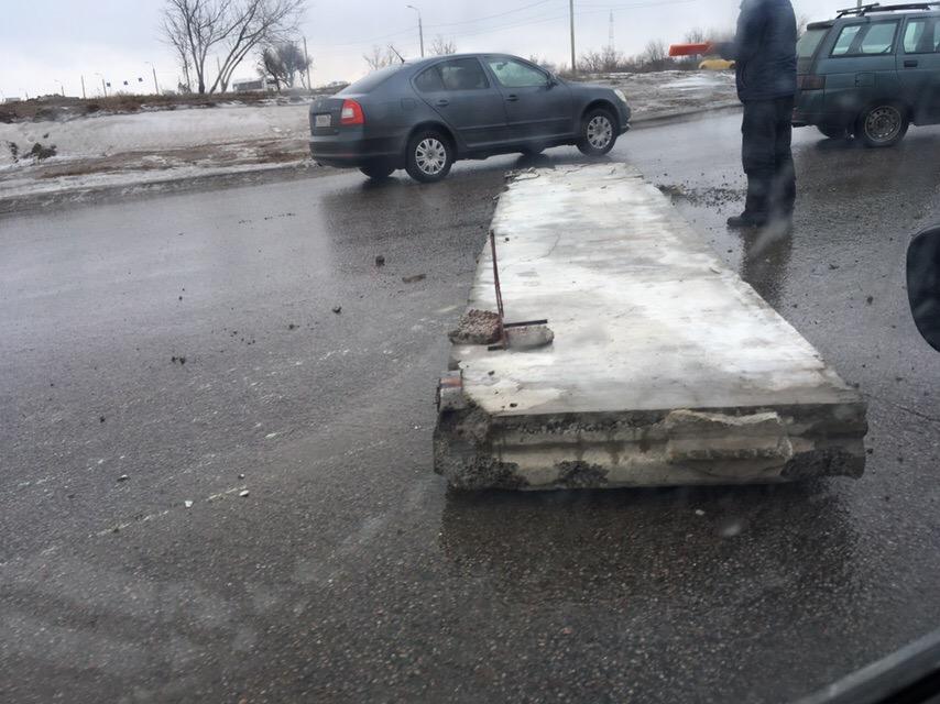 В центре города КАМАЗ потерял бетонную плиту