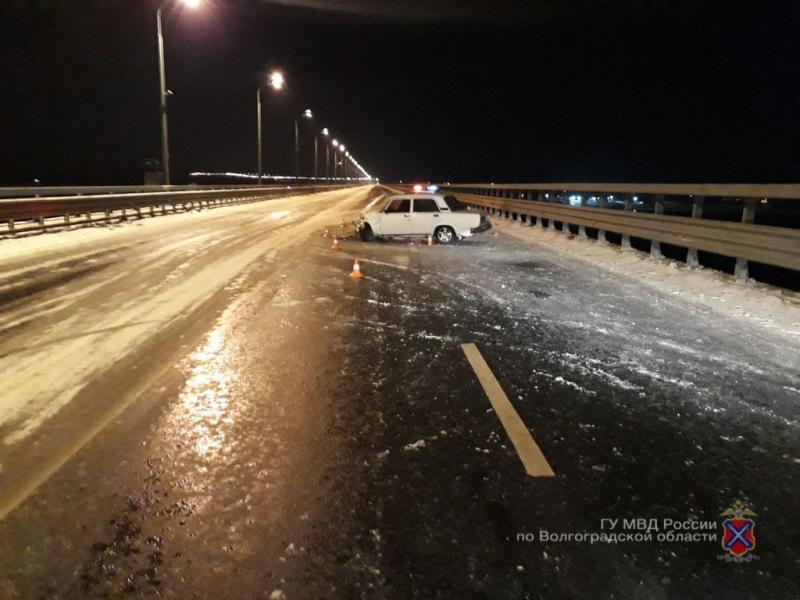 Обледеневший мост через Волгу чуть не стоил жизни молодому водителю