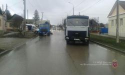 В Волгограде мужчину сбили сразу два грузовика