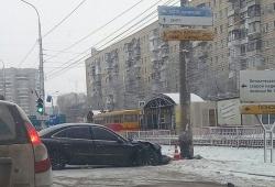 На юге Волгограда водитель протаранил столб
