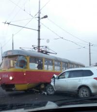 На юге Волгограда внедорожник врезался в трамвай