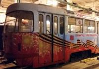 В празднично оформленном общественном транспорте споют военные песни