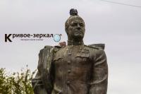 В Волгограде никто не может отмыть памятник маршалу великой победы