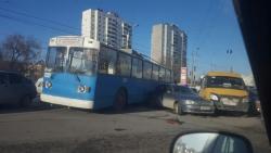 В Волгограде столкнулись троллейбус, маршрутка и иномарка