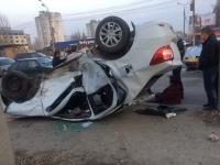 В Волгограде на Второй продольной перевернулась иномарка
