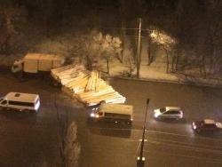 Вторую Продольную Волгограда перекрыли доски