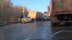 На севере Волгограда грузовик наехал на «Ауди»